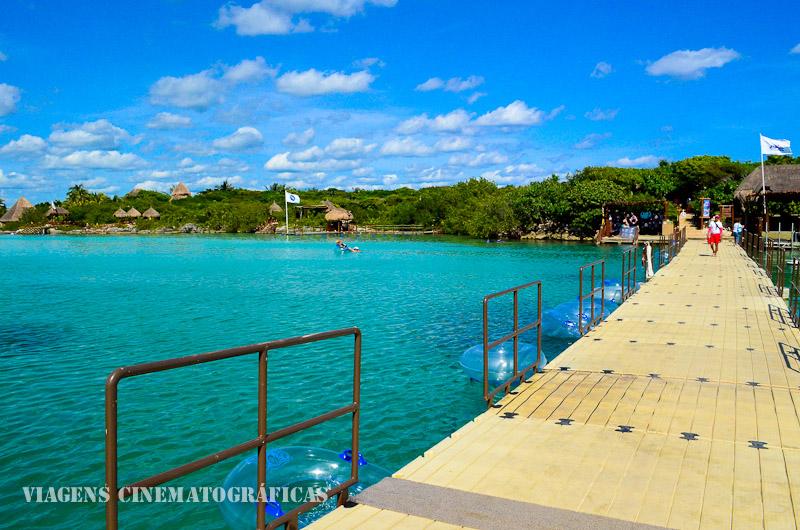 Essa ponte flutuante garante a separação da enseada para o mar aberto, formando uma piscina natural