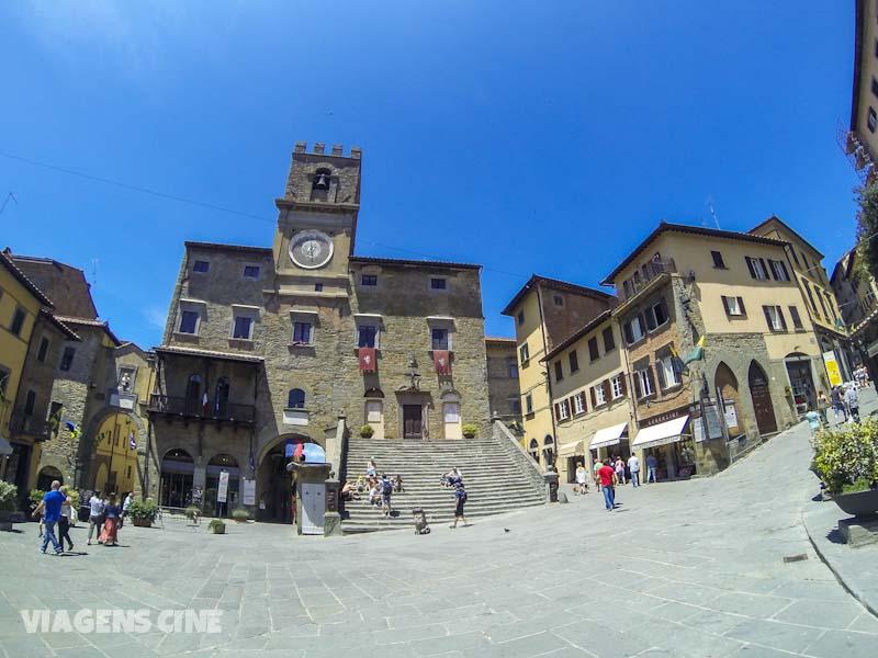 Ao contrário do filme, não há uma fonte no centro da Piazza della Republica, em Cortona